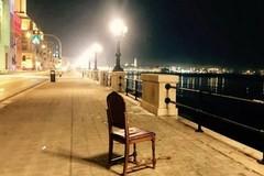 Via le panchine dal lungomare di Bari? C'è chi si arrangia con la sedia portata da casa