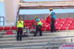 Stadio San Nicola, l'installazione dei seggiolini biancorossi in tribuna ovest