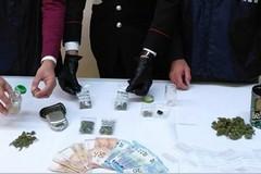 Monopoli, prova a liberarsi della droga lanciandola dalla finestra. Arrestato 43enne