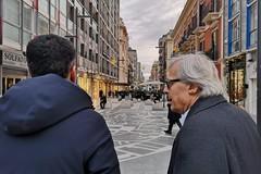 Vittorio Sgarbi in visita a Bari, passeggiata in via Sparano con Decaro