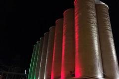 Porto di Bari, i silos granai si tingono di tricolore