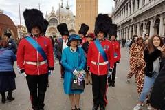 Festa di carnevale a Bari vecchia, arriva la sosia della regina Elisabetta