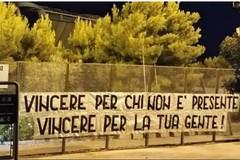 Il giorno di Bari-Carrarese, striscioni dei tifosi in città. Vivarini sceglie Maita