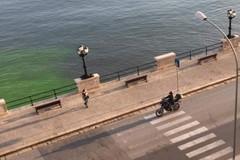 Mare fluorescente a Bari, il tracciante della Guardia costiera porta al Kursaal