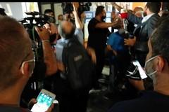 Attimi di tensione al comitato di Emiliano, ferito un cameraman