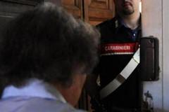 Finge di aiutare anziani e disabili per derubarli, arrestato