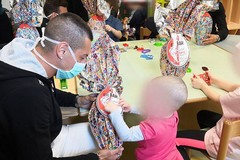SSC Bari, i calciatori portano le uova di Pasqua ai bambini in ospedale. Floriano: «Bello regalare sorrisi»