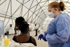 Bari, via alle vaccinazioni anti-Covid al Cara. Aderiscono in 400