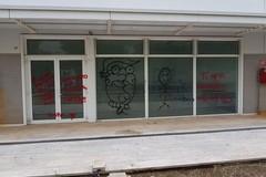 San Paolo, graffiti sulla vetrata. Piazza Europa alla mercé dei vandali
