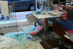 Bari, distrutta la vetrina della libreria Mondadori in centro