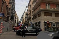 Vigili del fuoco in azione nel centro di Bari, intervento su un cornicione in via Cairoli