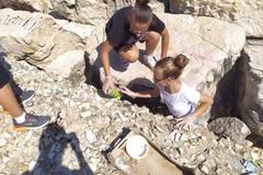 Ragazzi delle scuole medie ripuliscono il molo Sant'Antonio, recuperati 4 sacchi di rifiuti
