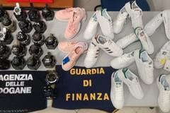 Sbarca all'aeroporto di Bari con merci senza certificato di originalità. Scatta il sequestro