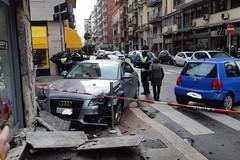 Bari, incidente in via De Giosa. Un'auto finisce contro il muro