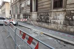 Calcinacci crollano da un palazzo al Libertà di Bari, transennata l'area