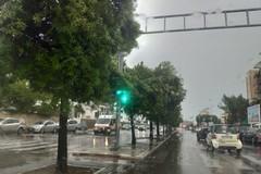 Pioggia e grandine su Bari, disagi in città. Schiarite in serata