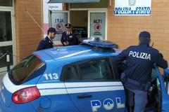 Policlinico di Bari, tenta di rubare la pistola ai poliziotti e li aggredisce. Arrestato 49enne