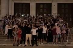"""Maturità, gli studenti del liceo Flacco cantano """"Notte prima degli esami"""""""