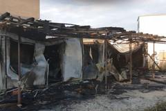 Bari, fiamme nel cantiere delle case popolari a San Girolamo. Intervengono i vigili del fuoco