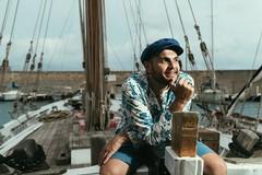 A bordo di un gozzo per parlare di musica sulle coste della Puglia