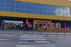 Taglio dell'orario di lavoro del 18% per gli addetti alle pulizie, sit-in all'IKEA di Bari