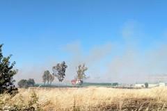 Bari, vasto incendio nel quartiere Japigia: intervengono i vigili del fuoco