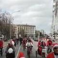 In bici o sui pattini ma tutti vestiti da Babbo Natale sul lungomare di Bari