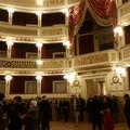 Benvenuti nel Piccinni restaurato, tra la bellezza del teatro e i dubbi sulle prenotazioni