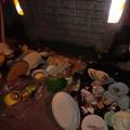 Ceramiche rotte, asse da stiro, materasso. Casa della nonna ora è vuota?