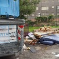 Ingombranti e rifiuti comuni abbandonati sul marciapiede. Il Quartierino è una discarica