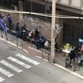 I volontari di Retake Bari puliscono la facciata del palazzo di Giurisprudenza dai manifesti