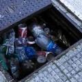 Bari, pozzetti intasati dai rifiuti in largo Adua. Iniziati i lavori di pulizia