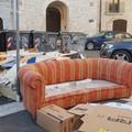 """Un divano in largo San Sabino. A Bari vecchia il  """"salotto """" degli incivili"""