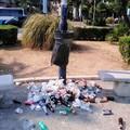 Giardino De Andrè sul lungomare, un tappeto di spazzatura ai piedi dei cestini