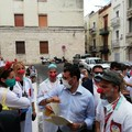 """Bari  """"abbraccia """" i volontari dell'emergenza Covid, Decaro: «Loro il cuore della città»"""