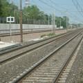 Attraversano i binari e bloccano i treni, caos a Bari