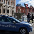 Scippano un cellulare e aggrediscono i poliziotti, arrestati due giovani