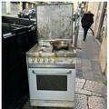 Streetfood nel centro di Bari, padella e cucina abbandonati in via Quintino Sella