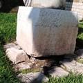 Una colonna romana ai piedi della muraglia in bilico sulle pietre