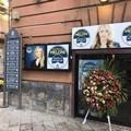Corona di fiori davanti alla sede di Fratelli d'Italia