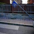 Bari, palo sradicato e appoggiato ad un cancello chi interviene?
