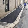 Bari, asfalto al posto delle mattonelle rotte: ripristino creativo in via Toti