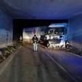 Incidente tra Adelfia e Sannicandro, tir bloccato sotto un ponte