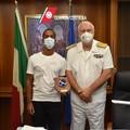 Rischia la vita per salvare due bimbi, la guardia costiera premia il bagnino-eroe di Bari