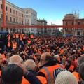 A Bari la protesta di 3.000 gilet arancioni: «Chiediamo aiuti per gelate e Xylella»