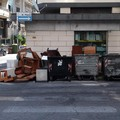 Incivili svuotano casa per strada a Bari, Petruzzelli: «Assurdo»