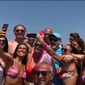 Vasco Rossi in Puglia per le vacanze. Bagno di folla a Castellaneta Marina