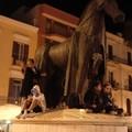 Bari, successo per il Corteo storico. C'è chi sale sul monumento equestre per apprezzare lo spettacolo