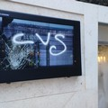 Vandalizzata la piazzetta di corso Cavour, schermo spaccato e fontana inagibile