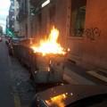 Bari, cassonetti a fuoco in via Dante. Strada chiusa al traffico